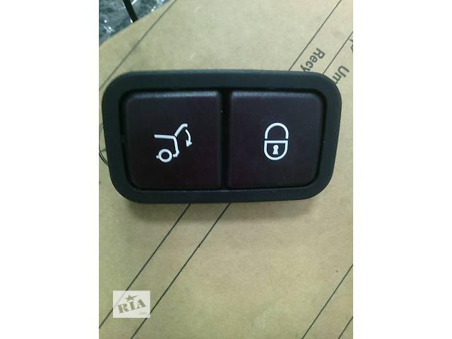 купить бу Б/у кнопка закрытия багажника Mercedes E ML C R в Киеве