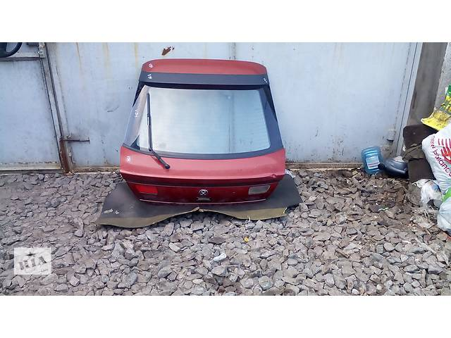 купить бу Б/у крышка багажника для хэтчбека Mazda 323F в Киеве