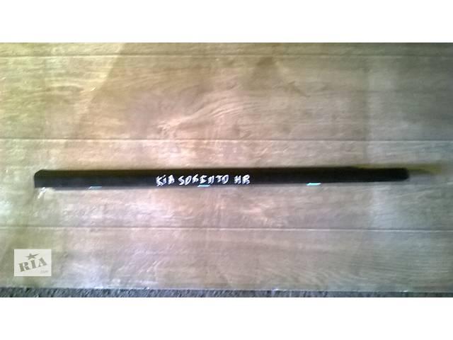 купить бу Б/у молдинг стекла двери задний правый 83220-3E000 для кроссовера Kia Sorento 2005г в Николаеве
