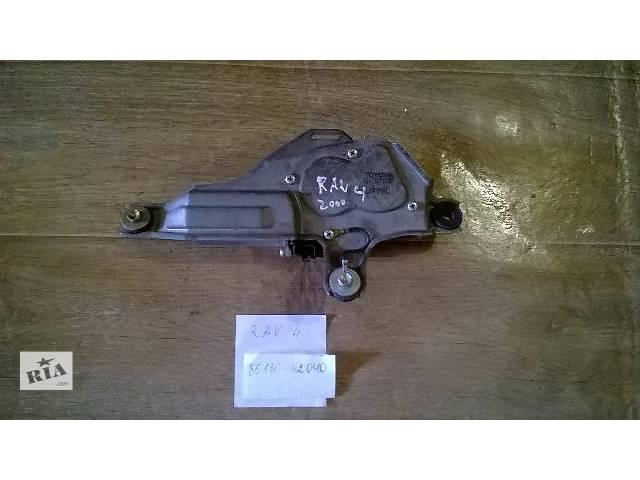купить бу Б/у моторчик заднего стеклоочистителя в сборе 85130-42040 для кроссовера Toyota Rav 4 2002г в Киеве