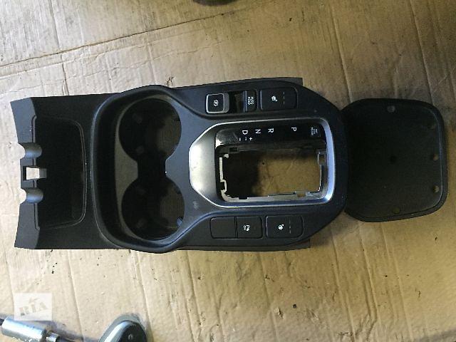 бу Б/у Накладка пластмасова кулиси переключения акпп/кпп для легкового авто Hyundai Santa FE 2012-17 в Ровно