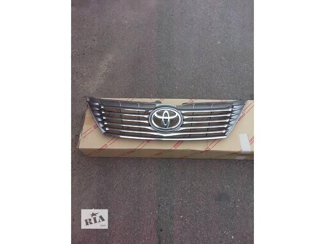 продам Б/у решётка бампера для седана Toyota Camry бу в Киеве
