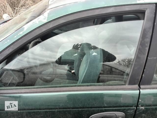 купить бу Б/у стекло двери переднее левое 68102-05020 для седана Toyota Avensis 1999г в Киеве