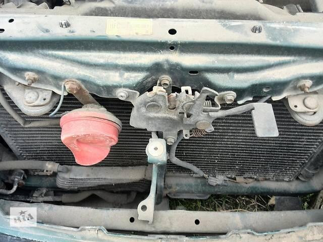 купить бу Б/у замок капота 53510-05020 для седана Toyota Avensis 1999г в Киеве