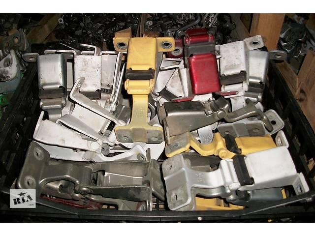 купить бу Б/у Завіси петля капота для Renault Kangoo Кенго2 2008-2012 в Рожище
