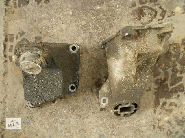 бу Б/у Деталі двигуна Кронштейн Легковий Audi 100 1995 в Чопе