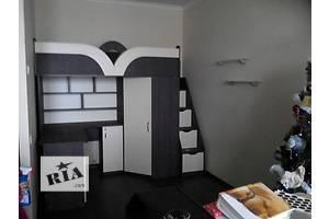 Детская кровать-чердак с рабочей зоной, угловым шкафом, тумбой и лестницей-комодом (кл19) Merabel
