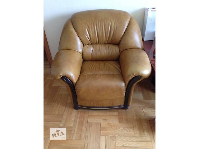 купить бу Диван кожаный 3-ка раскладной, два кресла кожаных в комплекте в Киеве