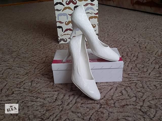 продам Красивые туфли свадебные. 40 размер. Стелька 26 см. бу в Николаеве