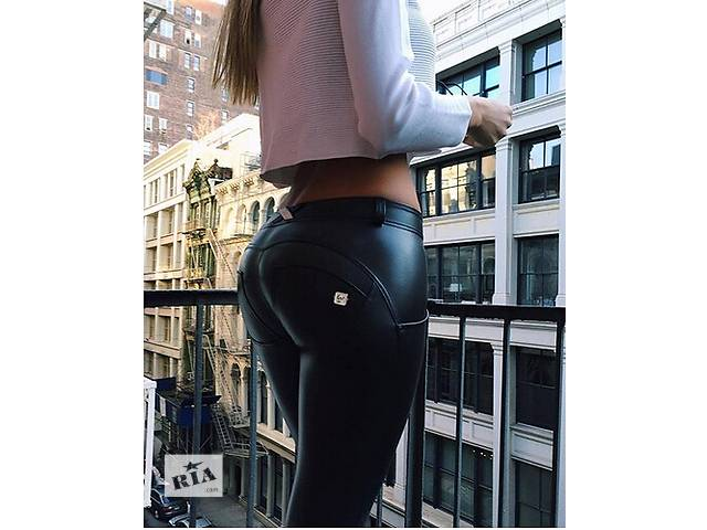 женские попы в кожаных лосинах