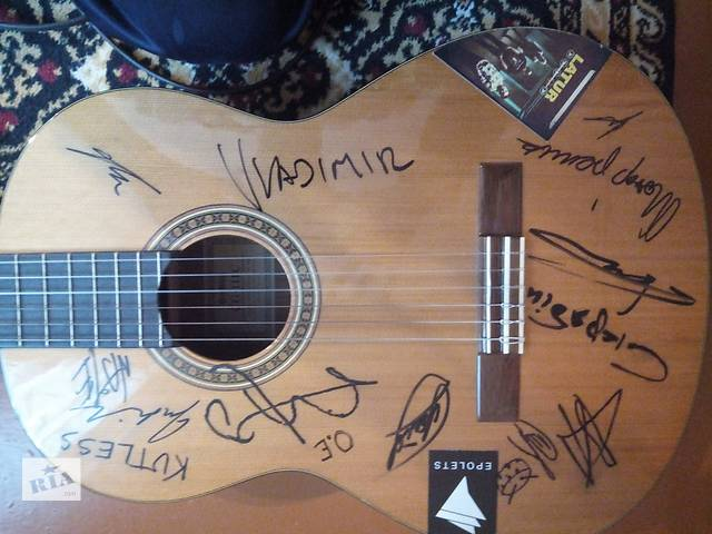 бу Продам гитару с подписями в Черновцах