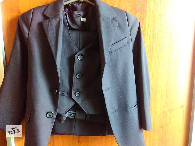 купить бу Продам школьный костюм для первоклашки, и верхняя одежда на мальчика 7-8лет. в Славянске