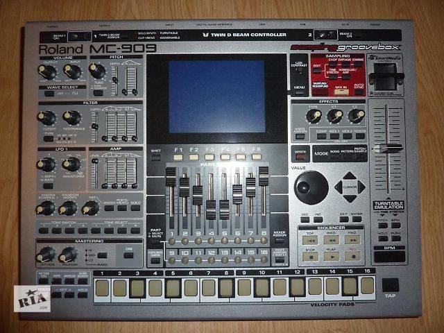 Грувбокс MC 909 , заменяющий модель MC 505, содержит синтезатор, семплер, с