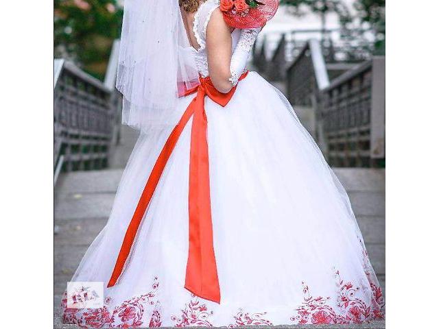 Платья с красными элементами