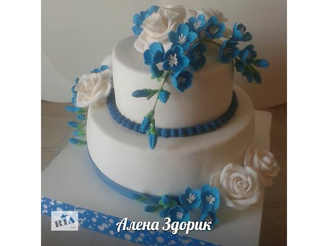 бу Свадебный 2-х ярусный торт с белыми розами и сине-голубыми фрезиями в Киеве