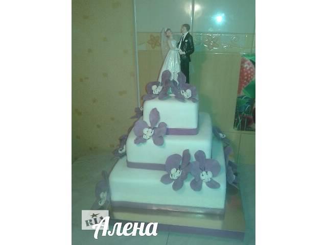 бу Свадебный 3-х ярусный квадратный торт с фигуркой жениха и невесты в Киевской области
