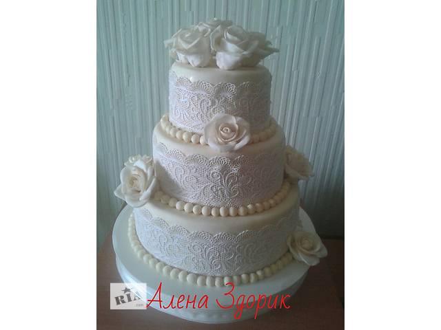 продам Свадебный 3-х ярусный торт  цвета айвори с белым кружевом и белыми розами бу в Киеве