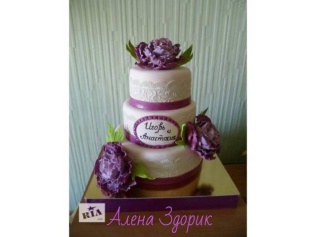 бу Свадебный 3-х ярусный торт цвета айвори с белыми кружевами и сиренево-фиолетовыми пионами в Киеве