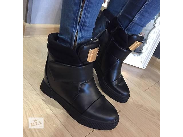 купить бу Женские стильные зимние ботинки на липучке в Киеве