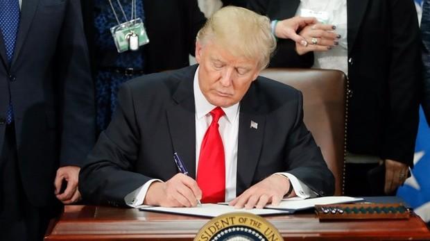 Дональд Трамп уже подписал указ о строительстве стены на границе с Мексикой