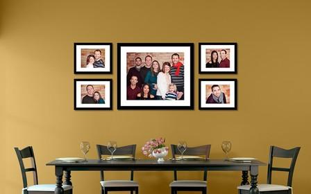 Как красиво разместить семейные фото на стене: 10 интересных вариантов