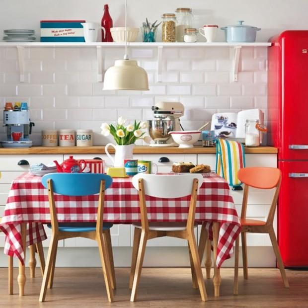Маленькая кухня: 5 удачных вариантов размещения стола и стульев