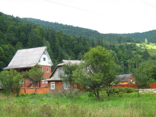 Переселенцы покупают дома и открывают отели на Западной Украине