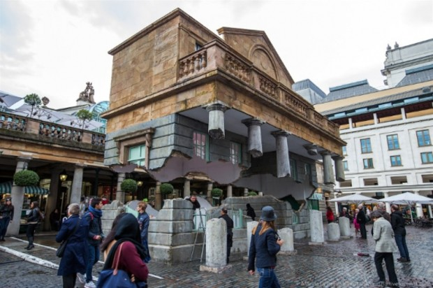 В центре Лондона установили «парящий» особняк (фото)