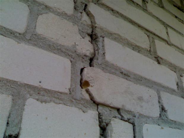 В Донецке из-за строительства многоэтажного дома треснула стена «хрущевки»