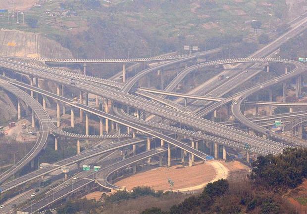 В Китае открыли одну из самых сложных и крупных транспортных развязок в мире