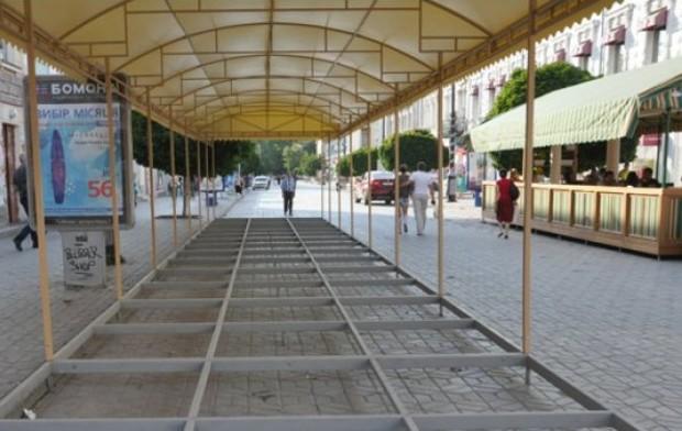 В Симферополе начали сносить незаконно установленные летние площадки кафе
