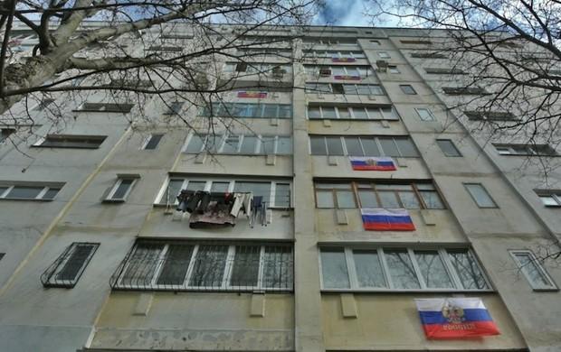 Жителям Евпатории сказали «украсить» балконы жилых домов российскими флагами