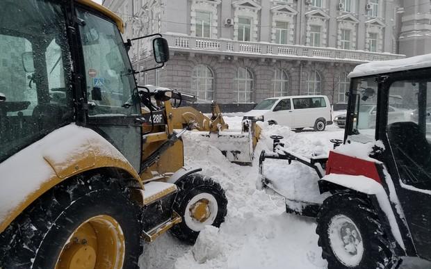 20 см снега: в первый день весны Киев застыл в пробках