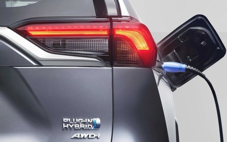 306-сильный Toyota RAV4 оценили дороже базового Lexus RX