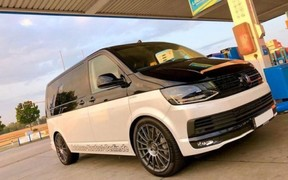 700-сильный Volkswagen Multivan «ложит стрелку» на автобане. ВИДЕО
