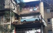 Снимите это немедленно! Припаркованный на балконе ВАЗ спустили на землю. ВИДЕО