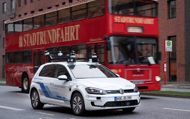 Автомобілі Volkswagen e-Golf, обладнані системами автономного управління четвертого рівня, проходять випробування в реальних умовах.