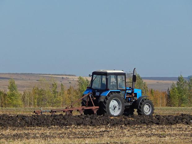 «Belarus-1221.2 з колісною формулою 4х4 - відноситься до тягового класу 2,0, оснащений дизельним двигуном потужністю 130 к.с.»