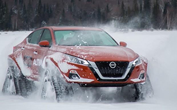 Что нам снег? Nissan Altima поставили на гусеницы. ВИДЕО