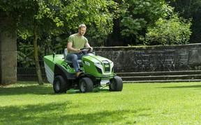 Догляд за газоном за допомогою мінітрактора