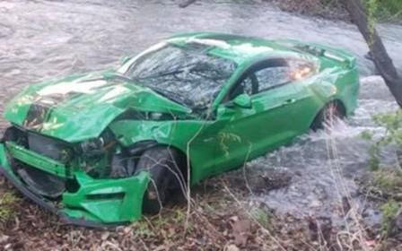 Довыпендривался? Дрифт подростка на Ford Mustang GT закончился в речке. ВИДЕО