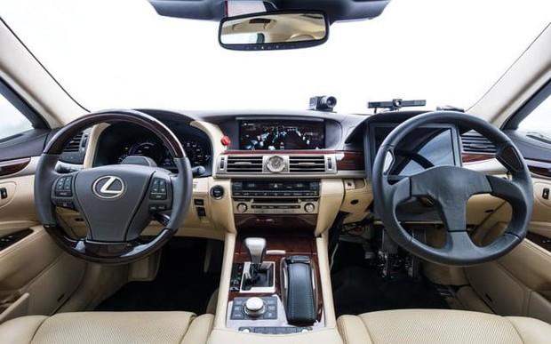 Два руля: Toyota начала испытания странного беспилотного автомобиля