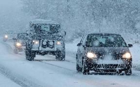 Движение в некоторых областях удалось возобновить, но снег наступает...