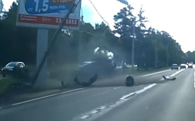 Двое лихачей сцепились на дороге и спровоцировали аварию. ВИДЕО