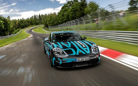 Электрический Porsche Taycan проехал Нюрбургринг и «засветил» интерьер. ВИДЕО