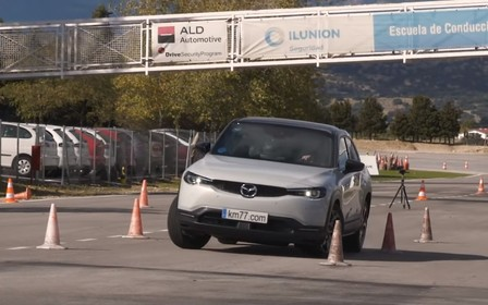 Електрокар Mazda MX-30 пішов на лося. Як впорався? ВІДЕО