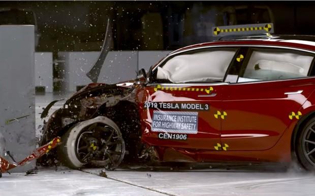Электрокар Tesla Model 3 разбили на «ура». ВИДЕО