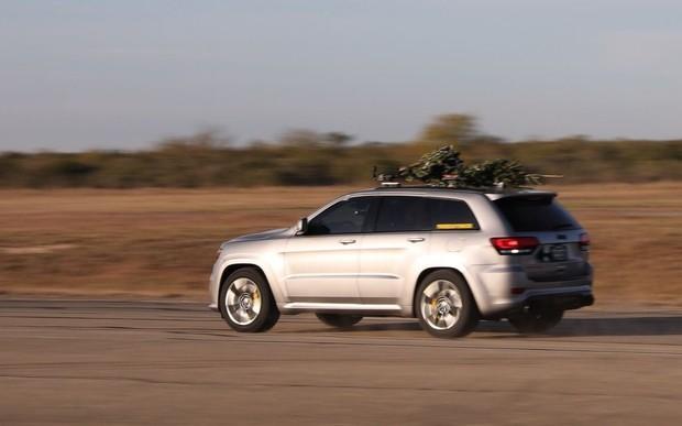 Елочка, лети! Jeep Cherokee установил новогодний рекорд скорости. ВИДЕО