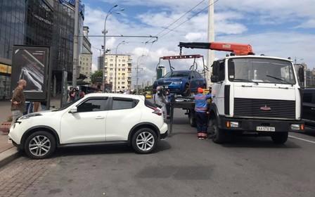 Евакуатори повернулися на столичні дороги.  Скільки авто відвезли на штрафмайданчик