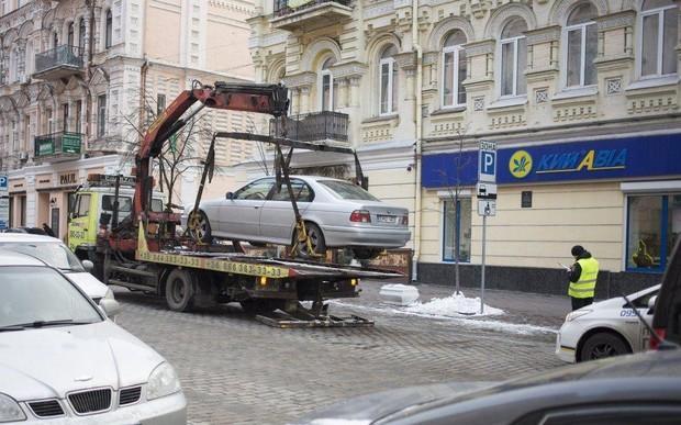 Эвакуировать машины за неправильную парковку начнут в апреле. Кличко